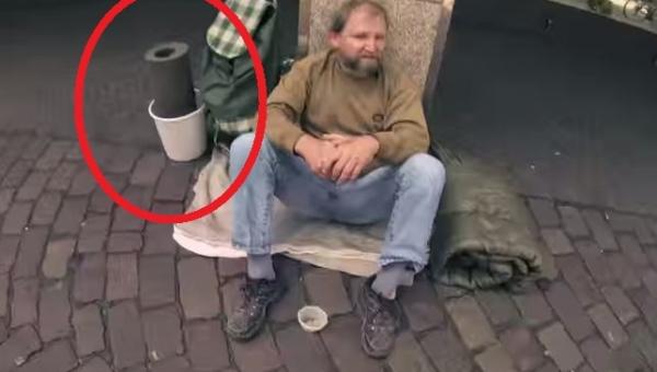 Zapytał bezdomnego czy może pożyczyć to od niego. To co zrobił potem porusza...