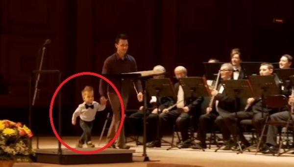Trzylatek wyszeł na scenę i zaczął grać z orkiestrą. Co za talent!