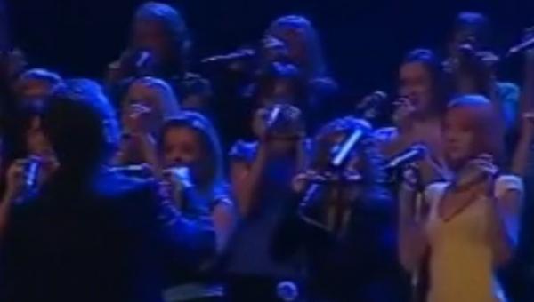 Ten chór klaszcze i pstryka palcami, ale efekt jest genialny!