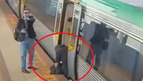 Ten mężczyzna wpadł między peron a pociąg. Wtedy pasażerowie zrobili coś...