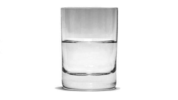 Profesor psychologii zadał pytanie ile waży szklanka z wodą. Odpowiedź jest...