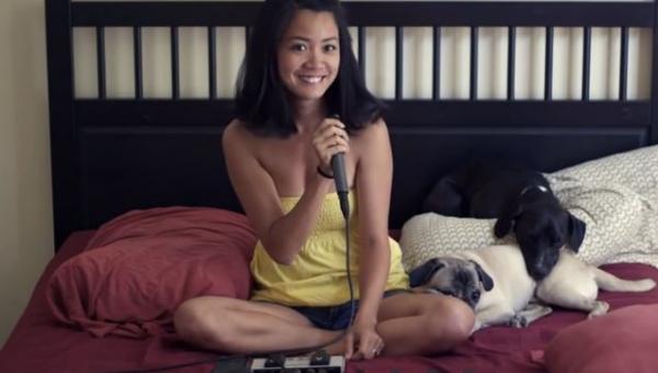 Dziewczyna siedzi na łóżku ze swoimi psami. Nie spodziewasz się co zaraz...