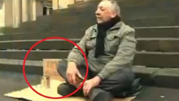 Prosił na ulicy o pieniądze, gdy podeszła do niego kobieta nie spodziewał się...