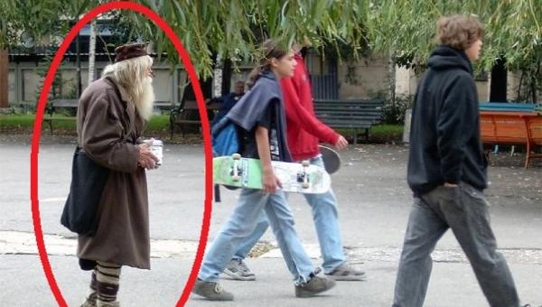 Chodzi po ulicach stolicy i zbiera pieniądze, to co z nimi robi sprawi że...