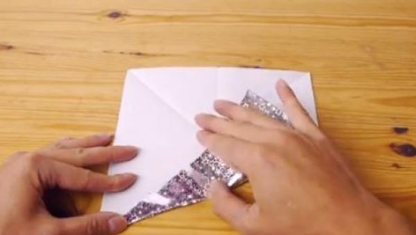 Meżczyzna zaczął zginać ozdobny papier, to co stworzył jest piękne