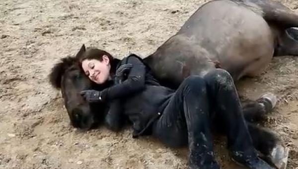 Kobieta położyła się obok konia, to co stało sie potem jest wyjątkowe