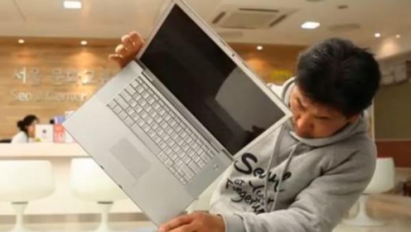 Wziął laptopa i zrobił z nim coś co wydaje się niemożliwe...