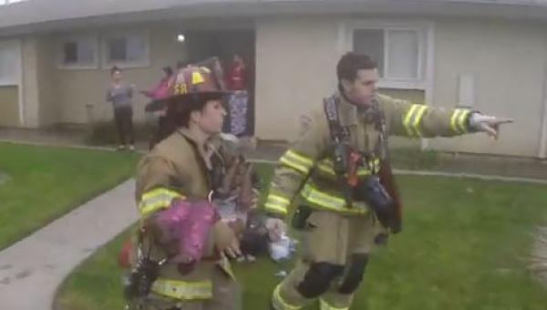 To co nagrała kamera umieszczona na kasku strażaka robi wrażenie.