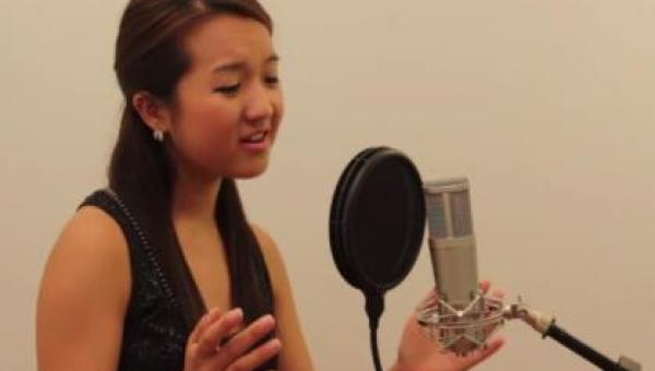 Zaczęła śpiewać piosenkę, którą w duecie wykonały Houston i Carey. Gdy...