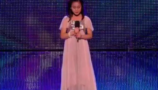 11 lat, różowa sukienka księżniczki i... głos należący do dorosłej kobiety!...