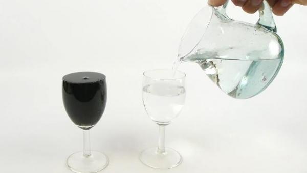 Chcesz zrobić wrażenie fajną sztuczką? Przemień wodę w wino!
