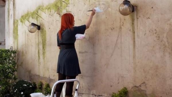 Zaczęła malować na ścianie budynku, a gdy skończyła byłam w szoku. I to nie...