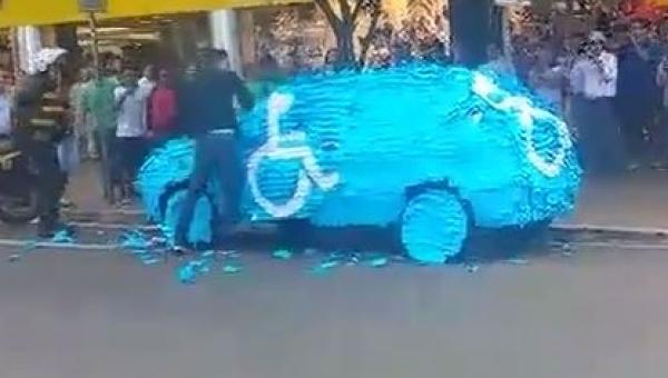 Kierowca bezprawnie zajął miejsce dla niepełnosprawnych, gdy wrócił do auta...