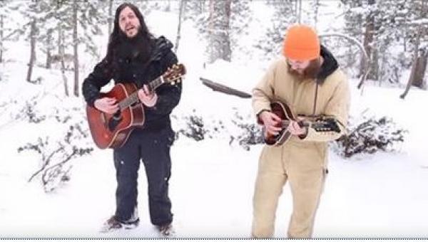 Folkowy duet wykonuje piosenkę w lesie, gdy nagle wilki zaczynają wyć do...