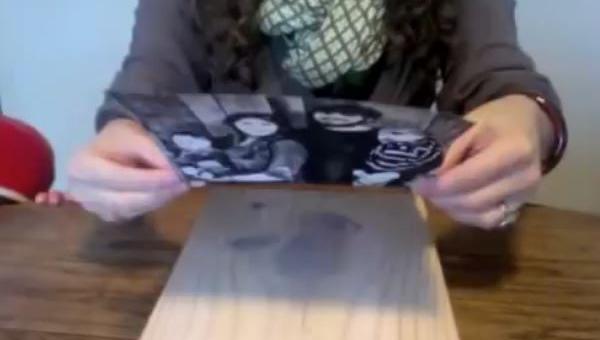Położyła zdjęcie na deseczce, nie uwierzysz co otrzymała!