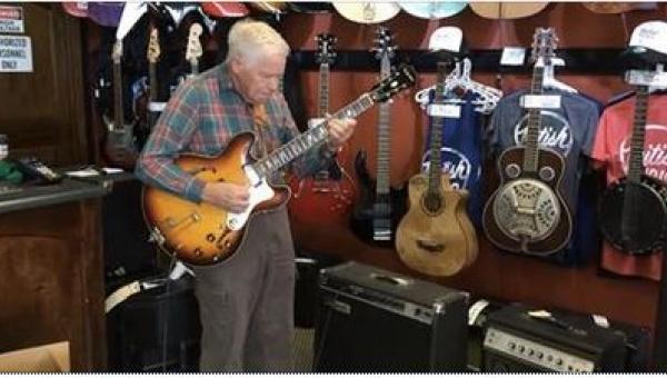 81-letni gitarzysta zadziwił swoim talentem wszystkich pracowników i klientów...