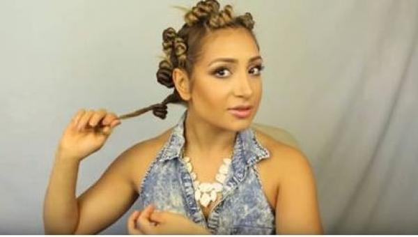 Zwinęła włosy w 12 ślimaczków, a gdy następnego dnia rano rozpuściła je... Wow!