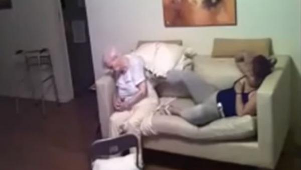Córka umieściła ukrytą kamerę i zobaczyła co opiekunka wyprawia z jej mamą...