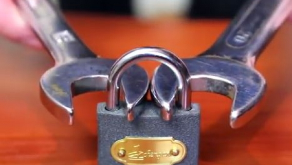 Złapał kłódkę za pomocą dwóch kluczy. Gdy je zacisnął...Nie do wiary!
