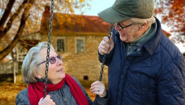 Starszy mężczyzna narzekał swojej żonie na to co posiada. Jej riposta jest...
