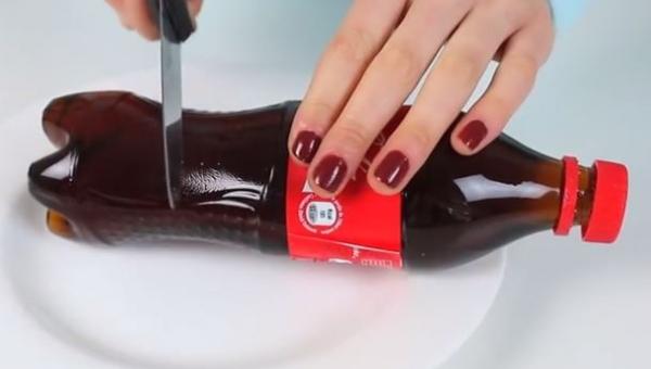 Zbliżyła nóż do butelki Coca-Coli, nie spodziewałam się takiego efektu!
