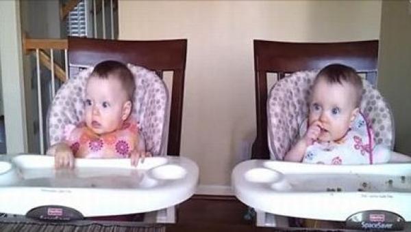 Jedenastomiesięczne bliźniaczki są grzeczne pod jednym warunkiem - ich tato...