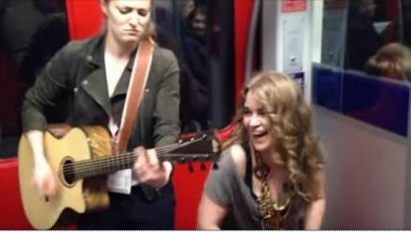 Dwie kobiety śpiewają w metrze w Niemczech. Tego, co się dzieje w drugiej...
