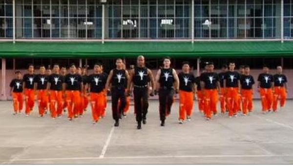 Więźniowie ustawili się w kształcie litery V, a po chwili... Zobaczcie, kto...