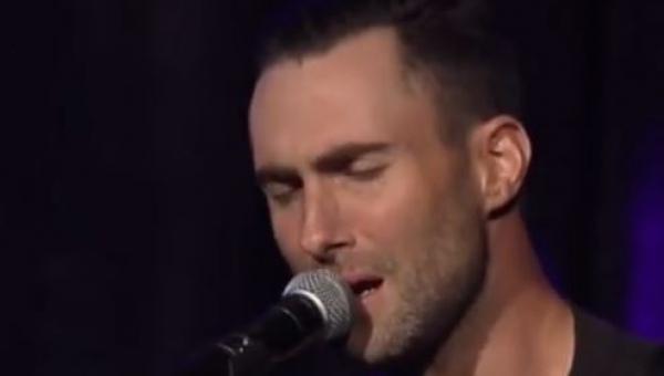 Zaczął śpiewać piosenkę Purple Rain, ale zwróć uwagę na jego ręce!