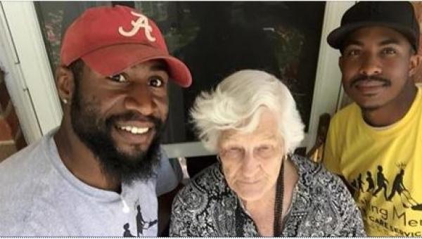 Dwóch mężczyzn widziało swoją 93-letnią sąsiadkę pracującą w ogródku. To tak...