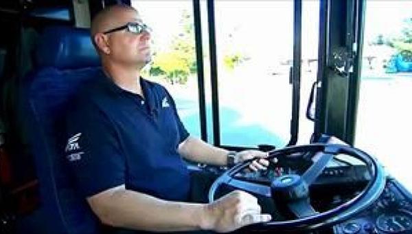 Kierowca autobusu zobaczył mężczyznę z trzylatkiem u boku. Gdy spojrzał na...