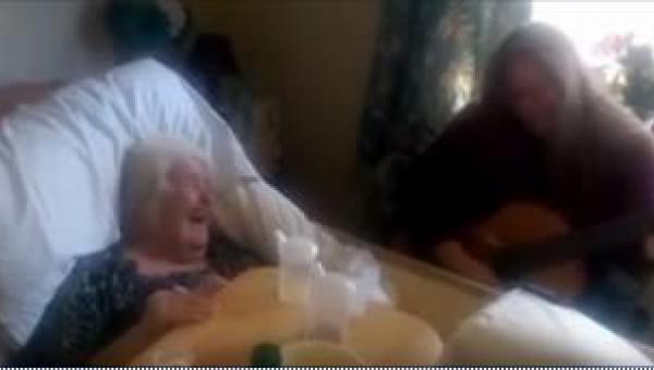 Córka zagrała swojej chorej na zanik pamięci mamie w szpitalu. Tego, co się...