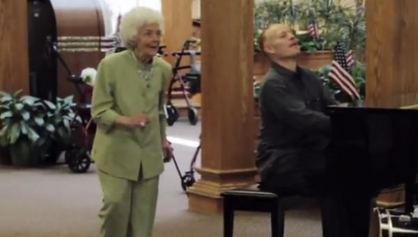 Muzycy zaczęli grać w domu spokojnej starości. Nie spodziewali się czegoś...
