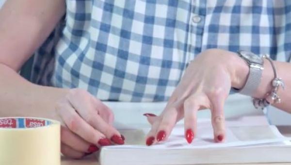 Używając starej książki zrobiła coś co może ozdobić każdy pokój