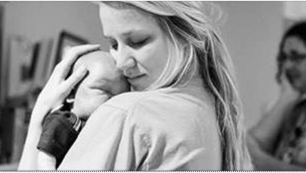 Pielęgniarka trzyma w ramionach umierającego noworodka. To, co napisała na...