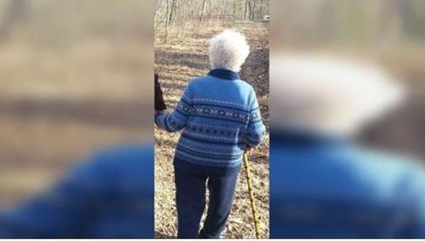 81-letnia pani zgubiła się w lesie. 40 minut później zobaczyli, jak ON trzyma...