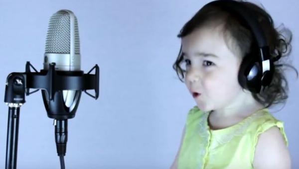 Jego córka zaczęła śpiewać przebój z 1985 roku. Zobacz koniecznie!