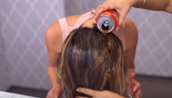 Wzięła puszkę Coli i wylała ją na włosy! Powód dla którego to zrobiła jest...