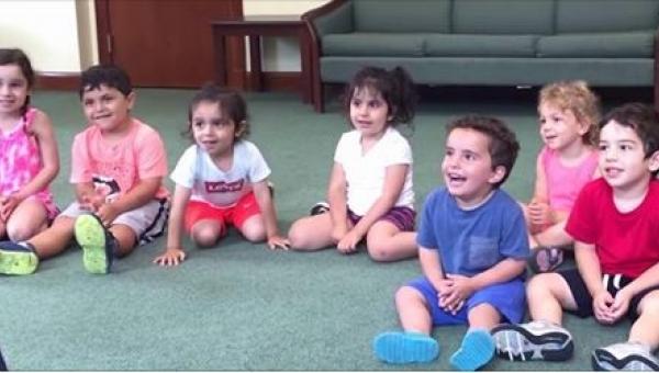 Nauczycielka muzyki kazała dzieciom klaskać. Uważnie przyjrzyjcie się chłopcu...
