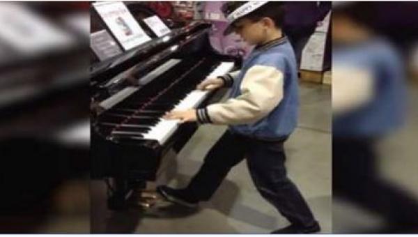Gdy zobaczył w sklepie swój ukochany instrument, nie mógł się oprzeć pokusie!...
