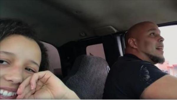 Młoda dziewczyna nagrywa jak jej tata śpiewa w samochodzie. Po minucie mam...