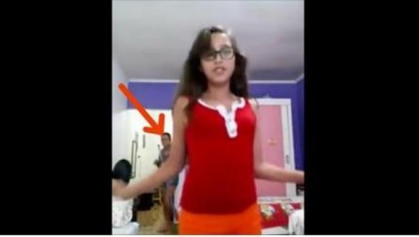 Dziewczynka zaczęła nagrywać swój taniec, ale wtedy w pokoju zjawiła się jej...