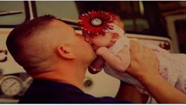 Strażak pomagał w jej porodzie. Gdy potem matka porzuciła dziewczynkę, zrobił...