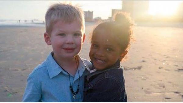 Mama sfotografowała swoją córeczkę z przypadkowo spotkanym na plaży chłopcem....