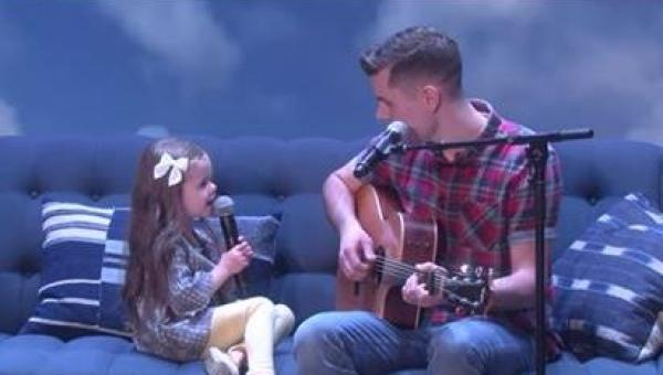 Tata zaczął grać na gitarze i śpiewać, ale gdy jego 4 latka otworzyła usta...
