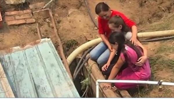 Matka zamknęła swoje dwie córki w studni. Kiedy je wypuściła, zobaczyły...
