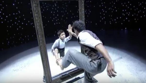 Mężczyzna podchodzi do lustra, a po chwili jego występ z chłopcem zaparł...