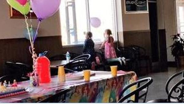 Na urodzinach jej siostry zjawiła się tylko jedna koleżanka... Te zdjęcia...