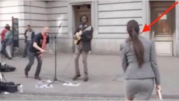 Tłum ludzi zbliżył się, żeby posłuchać ulicznego muzyka, ale kiedy wyciągnął...