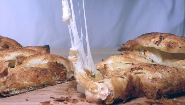 Serowy warkocz z ciasta francuskiego